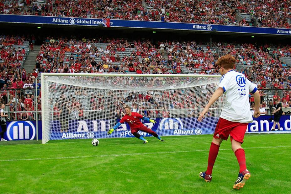 Schuss und Tor: einmal Manuel Neuer verladen