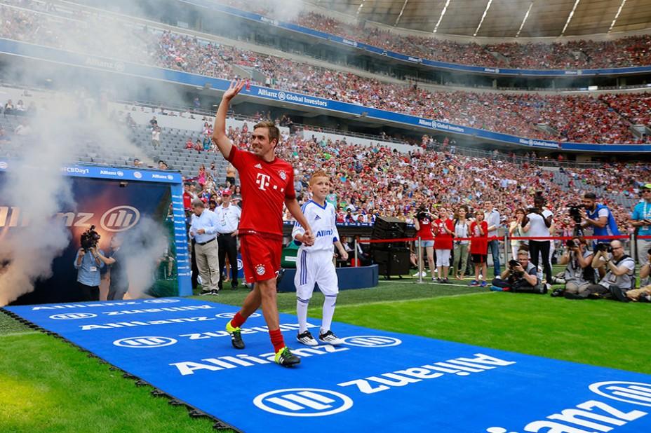 Hand in Hand mit FC Bayern-Kapitän Philipp Lahm