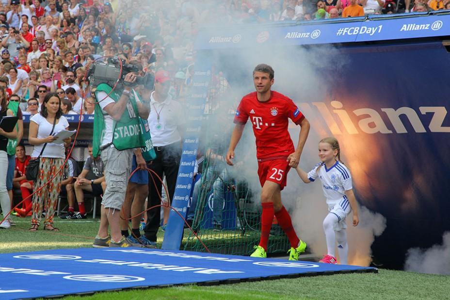 Hand in Hand mit FC Bayern-Liebling Thomas Müller
