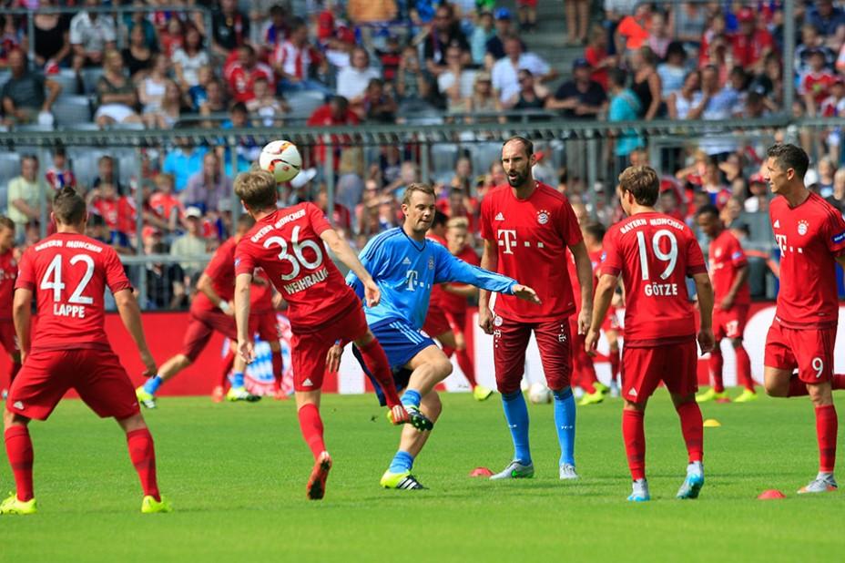 Kicken für den guten Zweck: Showtraining unter der Leitung von Pep Guardiola in der Allianz Arena