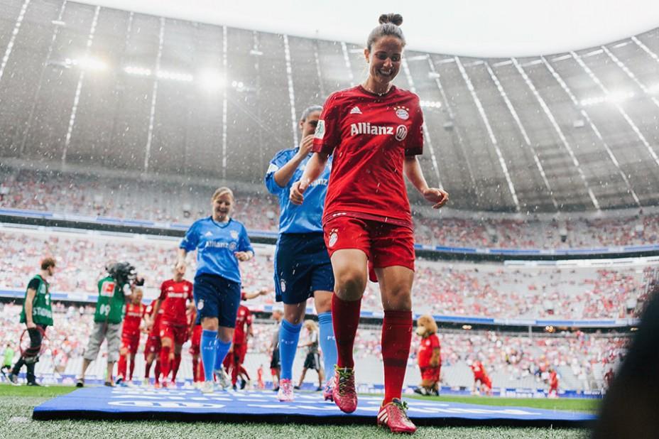 Feuchtfröhlich: Auch das Frauen-Team des FC Bayern präsentierte sich den Zuschauern