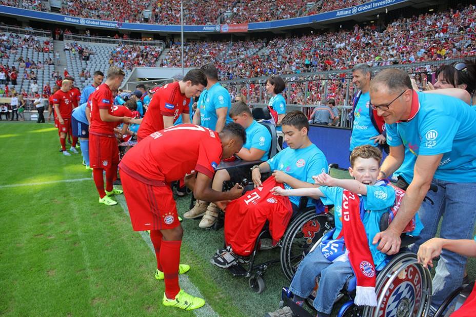 TeampräGroße Freude: Autogrammstunde bei der Allianz FC Bayern Team Presentationsentation FC Bayern Allianz Kinderstiftung
