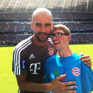 Ein Herz für Kinder: FC Bayern-Coach Pep Guardiola mit Jannik Heitz