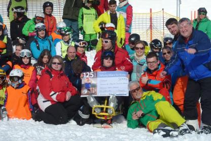 Schülerinnen und Schüler fahren gemeinsam Ski