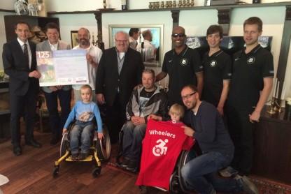 Junge sehbehinderte und blinde Menschen