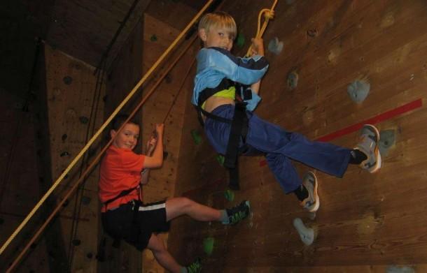 Jeden Tag standen die Kinder in der Freizeit vor einer neuen Herausforderung. Beim Klettern wurde der Teamgeist gestärkt.
