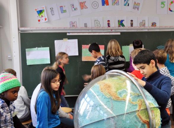 Deutsch zum Anfassen: Ob die Arbeit mit dem Globus oder ein Kunstprojekt – MiBiKids will Kinder begeistern und so die Sprache verankern.