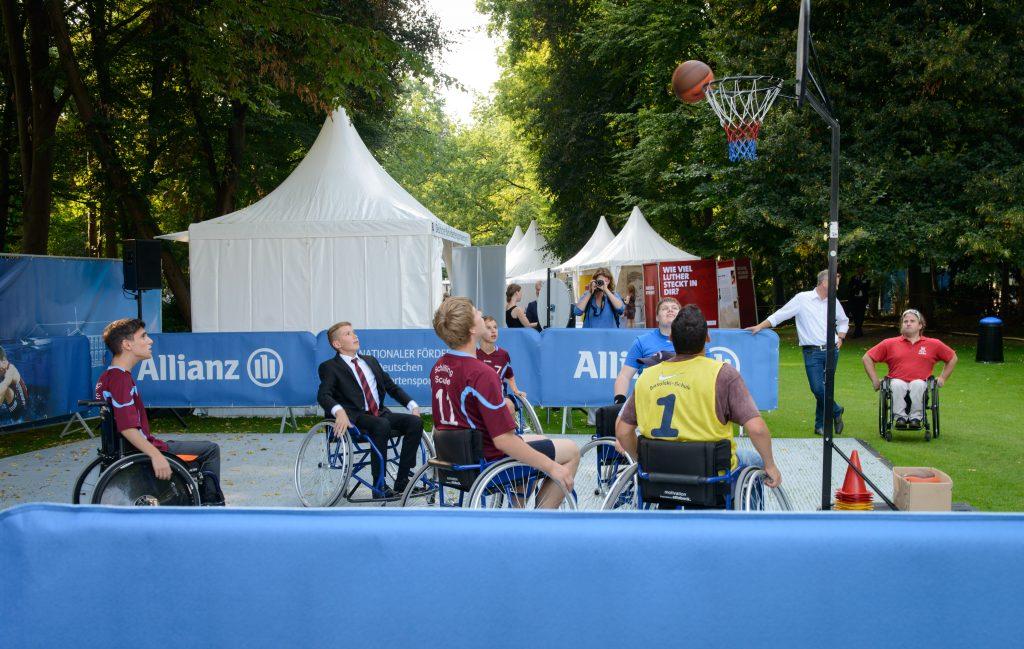 Wie funktioniert eigentlich Rollstuhlbasketball? Wer wollte, konnte es am Allianz Stand selbst ausprobieren!