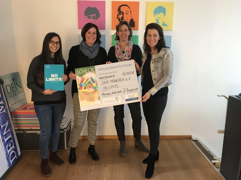 Spendenübergabe bei DEIN MÜNCHEN: v.l.n.r. Thamara Logeswaran, Ronja Burghardt, Anja Böger-Lange und Mara Bertling